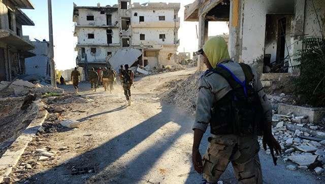 Бойцы ополчения в освобожденном от террористов лагере палестинских беженцев Хандарат на северо-востоке Алеппо. Архивное фото
