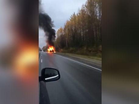 Внедорожник Toyota Land Cruiser загорелся на ходу на трассе под Нефтеюганском