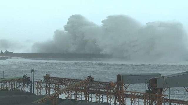 Тайфун Меги на Тайване: многометровые волны и затопленные улицы