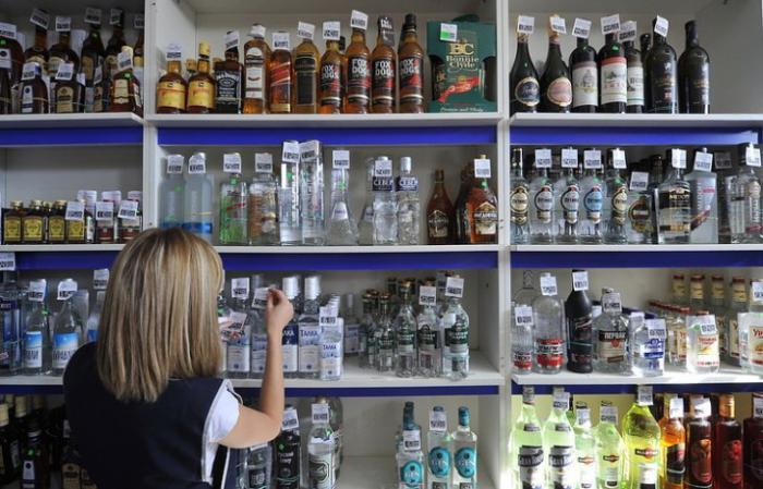 Минпромторг (министр - Денис Мантуров) предложило снизить цену водки до 100 руб. Пусть русские быстрее спиваются