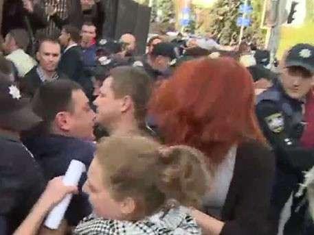 Радикалы устроили потасовку с полицией перед зданием суда в Киеве