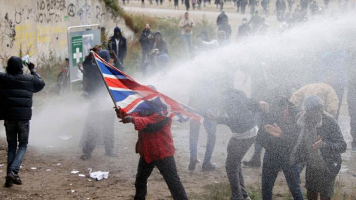 Митинг в поддержку мигрантов в Кале закончился слезоточивым газом и водяными пушками