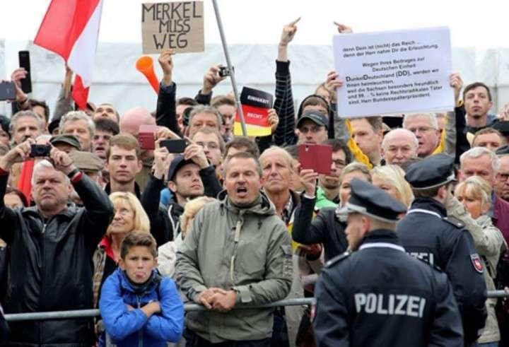 «Меркель - в Сибирь! Путина - в Берлин!»: как в ФРГ прошёл день германского единства