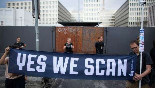 Протестующие у строящегося здания штаб-квартиры внешней разведки Германии (BND). Архивное фото
