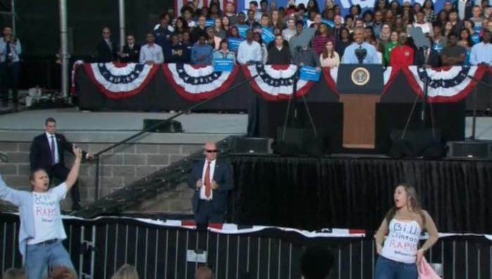 Клинтон - насильник! Протестующие чуть не сорвали выступление Барака Обмана