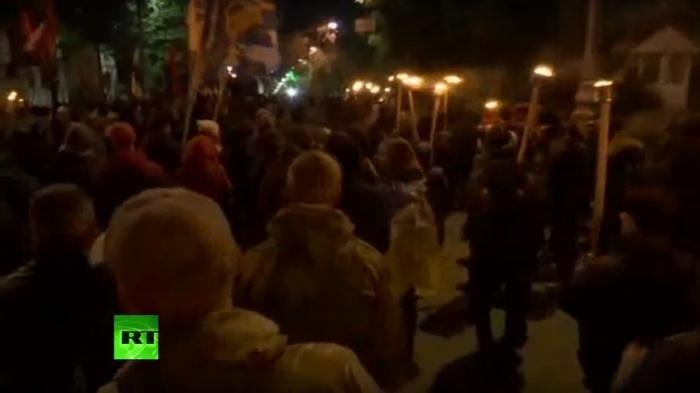 Укро-бандиты и фашисты проводят в Киеве факельное шествие — LIVE