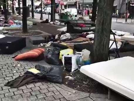 Мигранты быстро превращают Париж в большую клоаку