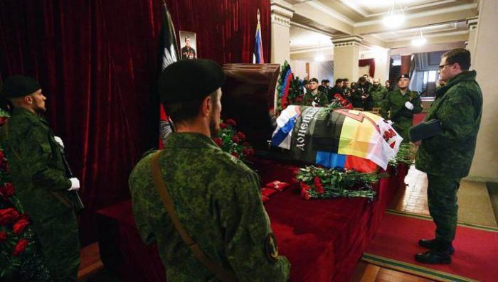 Тысячи людей пришли проститься с легендарным Моторолой в Донецке