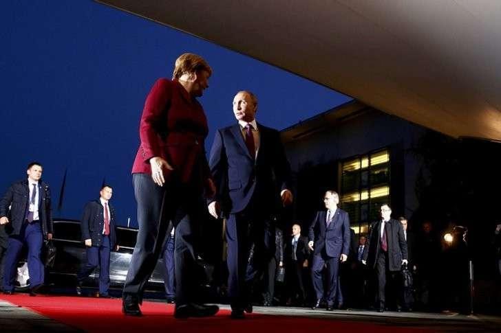Фрау Меркель на правах хозяйки вышла встретить российского президента Фото: REUTERS