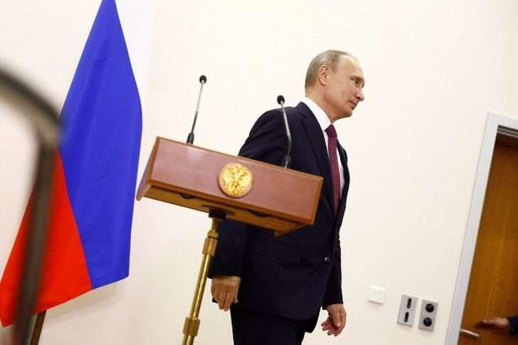 Владимир Путин выходит к прессе после переговоров Фото: REUTERS