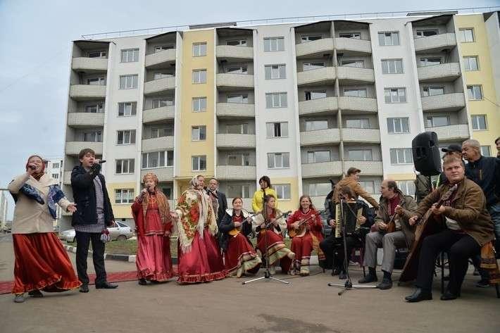 41. 50 переселенцев из аварийного жилья получили квартиры в микрорайоне «Иволгино» города Саратова. Сделано у нас, политика, россия, факты