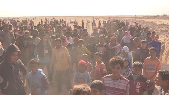 Беженцы из Мосула после начала операции против ИГ устремились в Сирию