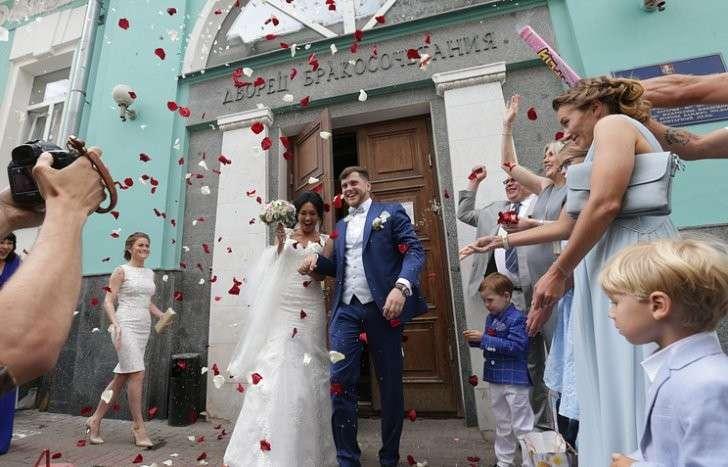 Регионы России усиливают меры по сохранению семей