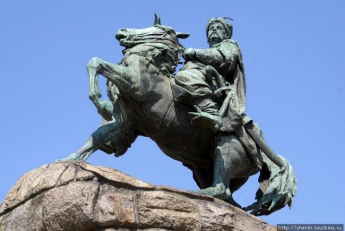 Ленины закончились и теперь укро-еврейство требует взяться за Богдана Хмельницкого