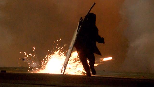 Выселение из «джунглей»: протестующие мигранты атакуют полицейских в Кале