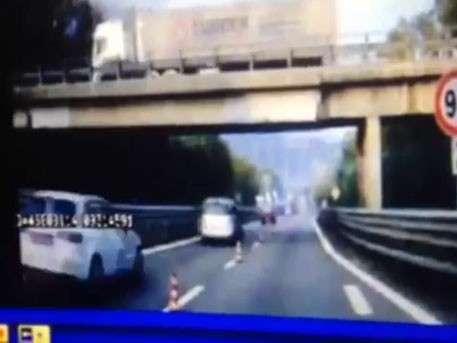 В Италии прямо на проезжающие мимо автомобили рухнул мост