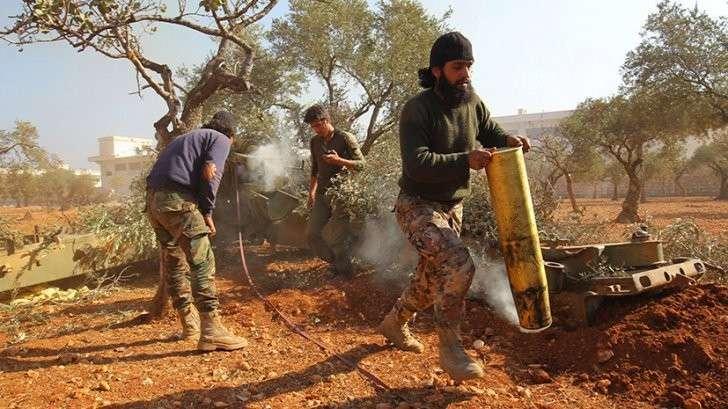 Боевики во время атаки по позициям правительственных войск в Алеппо