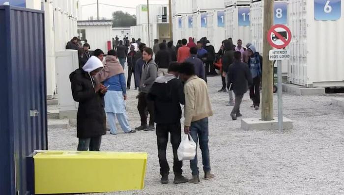 Полностью очистить французские «Джунгли» беженцев пока не удаётся