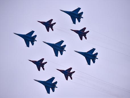 «Русские витязи» и «Стрижи» показали высший пилотаж в небе Китая