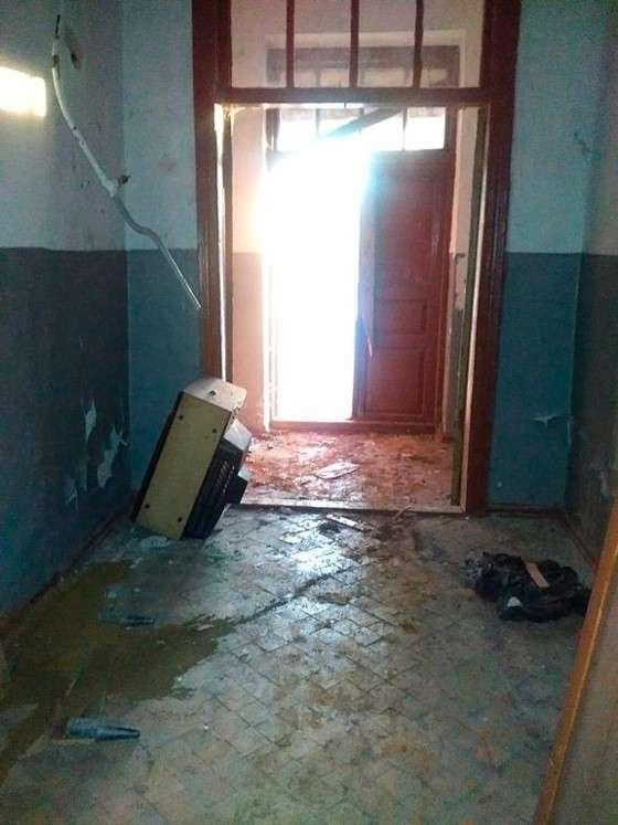 Кто справил малую нужду в коридоре?