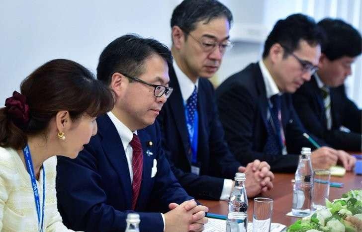 Хиросигэ Сэко (в центре)