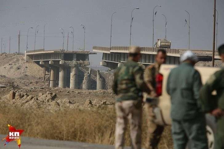 Мост ведущий к городку Кайара взрывали и обстреливали много раз в ходе двухлетних боев с ИГИЛ. Фото: Александр КОЦ, Дмитрий СТЕШИН