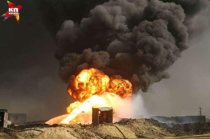 Один из нескольких жирных столбов дыма. Фото: Александр КОЦ, Дмитрий СТЕШИН