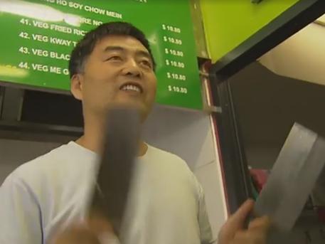 Владелец ресторана встретил грабителя целым арсеналом ножей