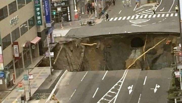 В японском городе Фукуока на дороге провалился грунт