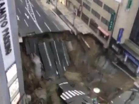 Гигантский кусок дороги превратился в чёрную дыру под колёсами автомобилей