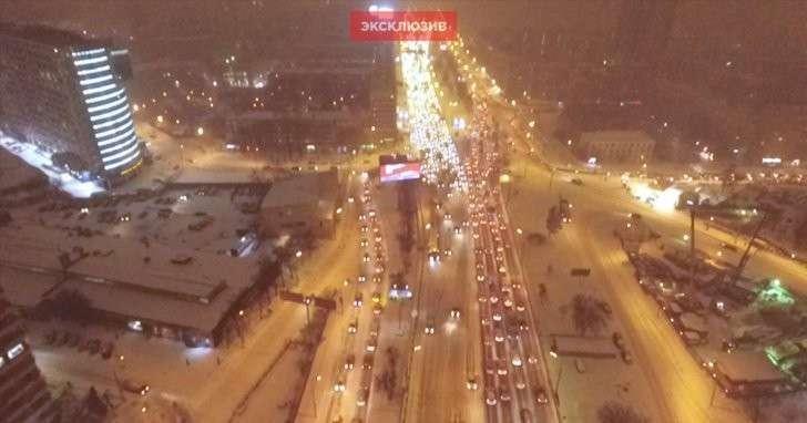 Москва встала в 9-балльных пробках из-за снежного апокалипсиса