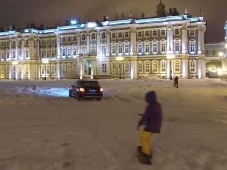 Сноубордист катается по заснеженной Дворцовой площади в Петербурге