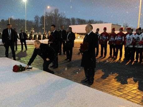 Владимир Путин возложил цветы к мемориалу в память о погибших хоккеистах «Локомотива»