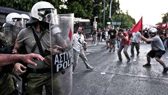 Полиция и демонстранты в Афинах. Архивное фото