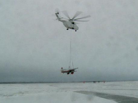 Самый большой в мире вертолёт МИ-26 эвакуировал Ан-2 со льда Северной Двины
