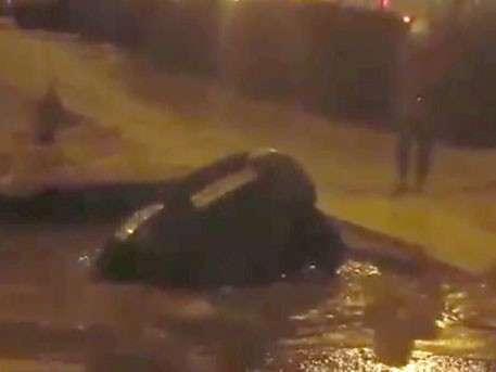 В Уфе автомобиль провалился сквозь землю, и его унесло рекой