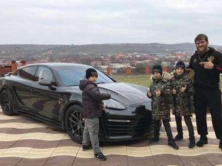 Дети Рамзана Кадырова подарили своему тренеру по борьбе Porsche Panamera