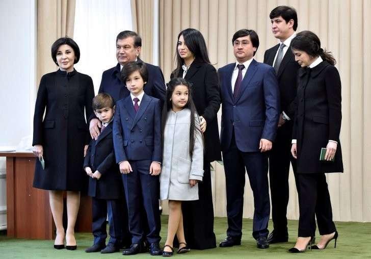 Шавкат Мирзиеёв на избирательном участке с семьёй.