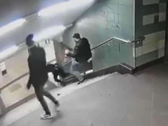 Интернет потрясло видео, на котором мигрант столкнул немку с лестницы