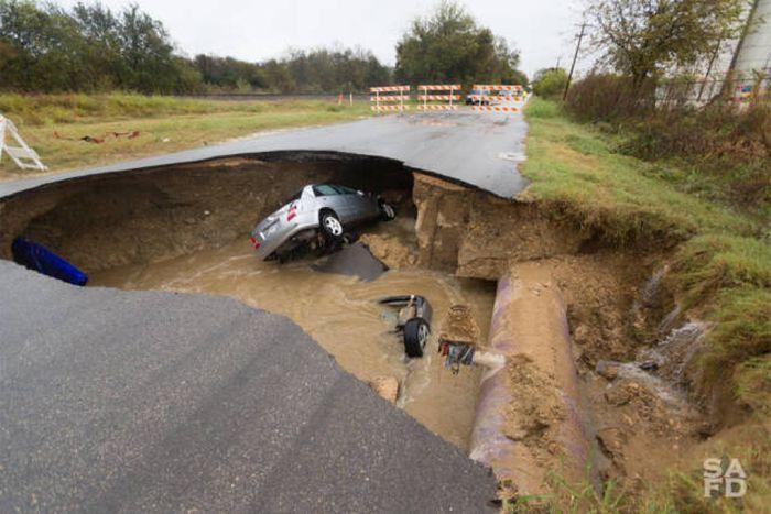 В США на трассе образовался большой провал грунта (12 фото)