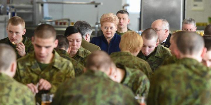 На фото - президент Литвы Даля Грибаускайте и министр обороны Литвы Юозас Олекасв армейской столовой.png