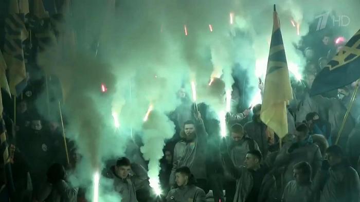 В Харькове радикалы из добровольческого батальона «Азов» устроили факельное шествие