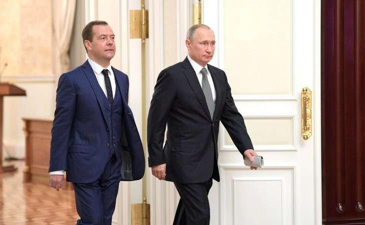 СПредседателем Правительства Дмитрием Медведевым перед началом встречи счленами Правительства.