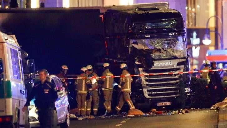 В Берлине грузовик въехал в рождественскую ярмарку, 9 человек погибло, более 50 ранено