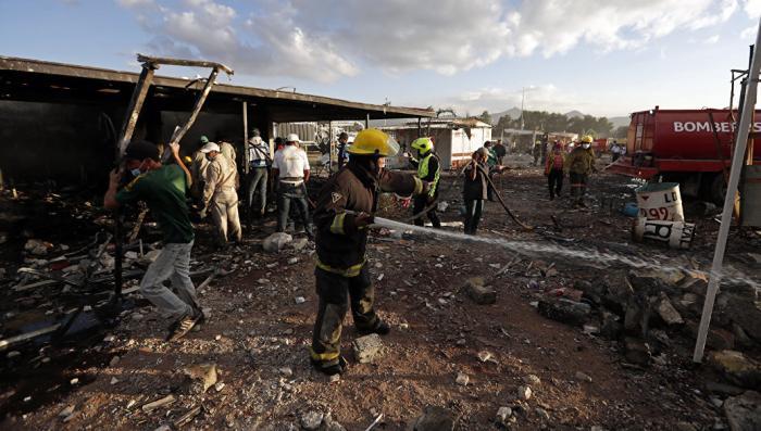 Видео взрыва рынка фейерверков в Мексике в результате которого множество человек пострадали