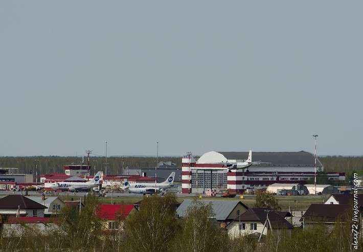 Ан-24РВ на фоне ангара ЮТэйр