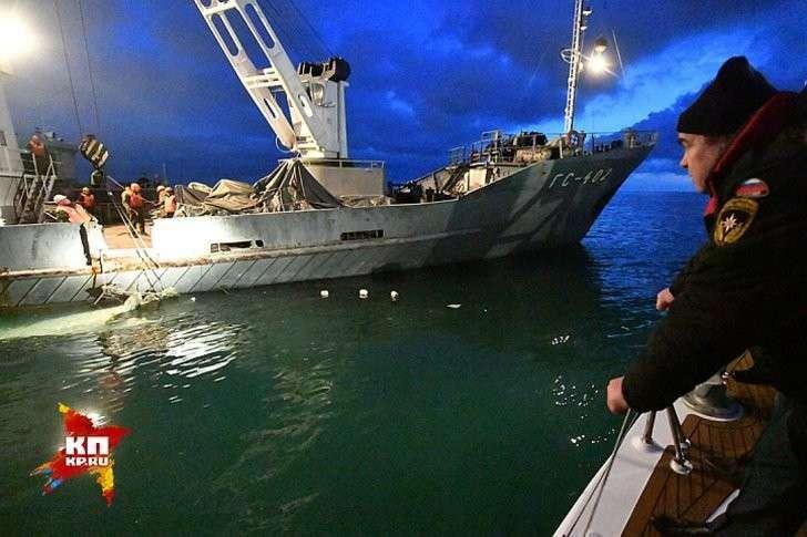 Средняя часть фюзеляжа была обнаружена примерно в 1,8 километра от берега. Фото: Владимир ВЕЛЕНГУРИН