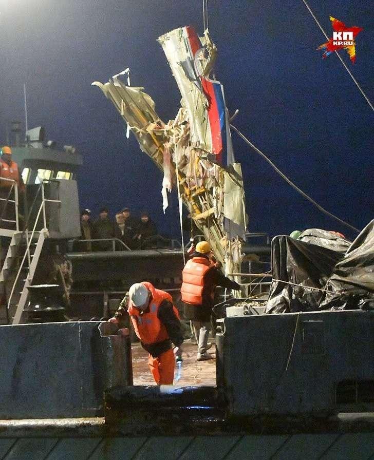 Спасатели вытащили из воды часть фюзеляжа упавшего самолета Минобороны Ту-154. Фото: Владимир ВЕЛЕНГУРИН