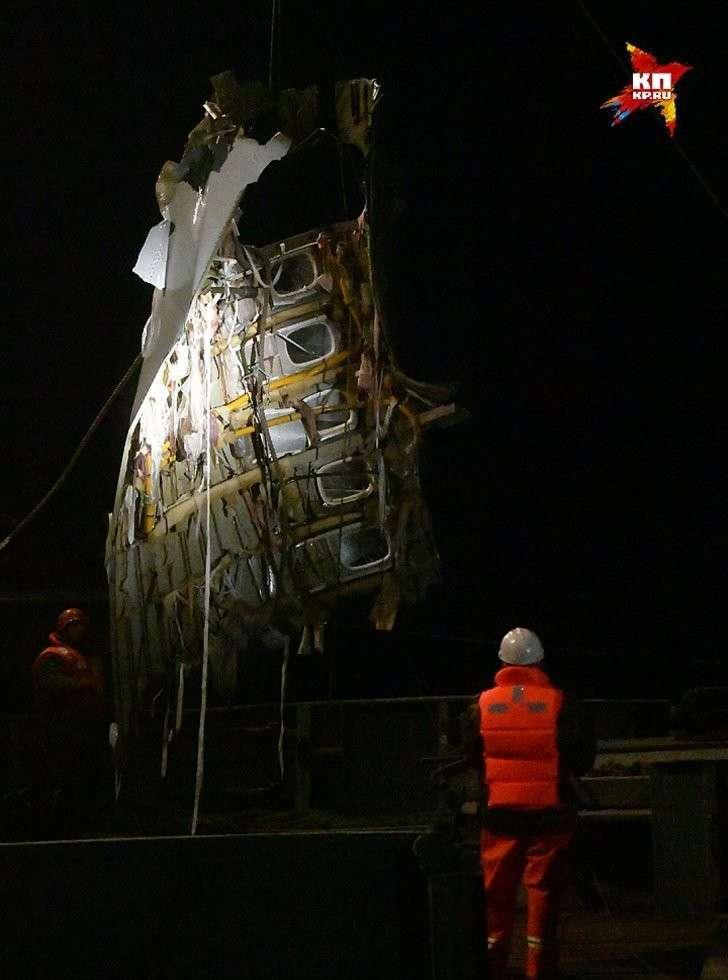 Вытащенный из воды фрагмент достигает примерно пяти метров в длину и пяти в ширину. Фото: Владимир ВЕЛЕНГУРИН