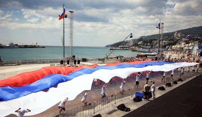 Дырку от бублика вам, а не Крым. Идеологи Майдана требуют объявить полуострову экономическую войну
